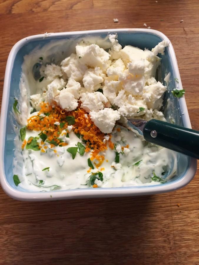 Helpon ja raikkaan kastikkeen valmistat maustamattomasta jogurtista ja fetasta. Tässä makuaineena veriappelsiinin kuori, feta ja minttu.