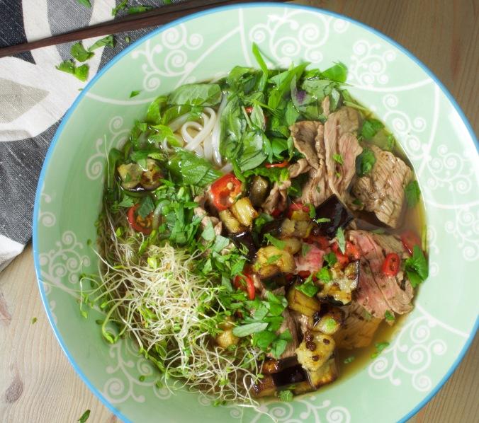 Varaa ruokailijoille kunnolliset lautasliinat, sillä liemi roiskuu syödessä!