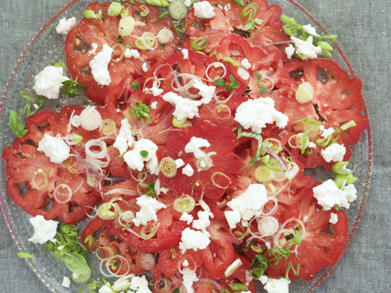 tomaatti-kotijuustosalaatti