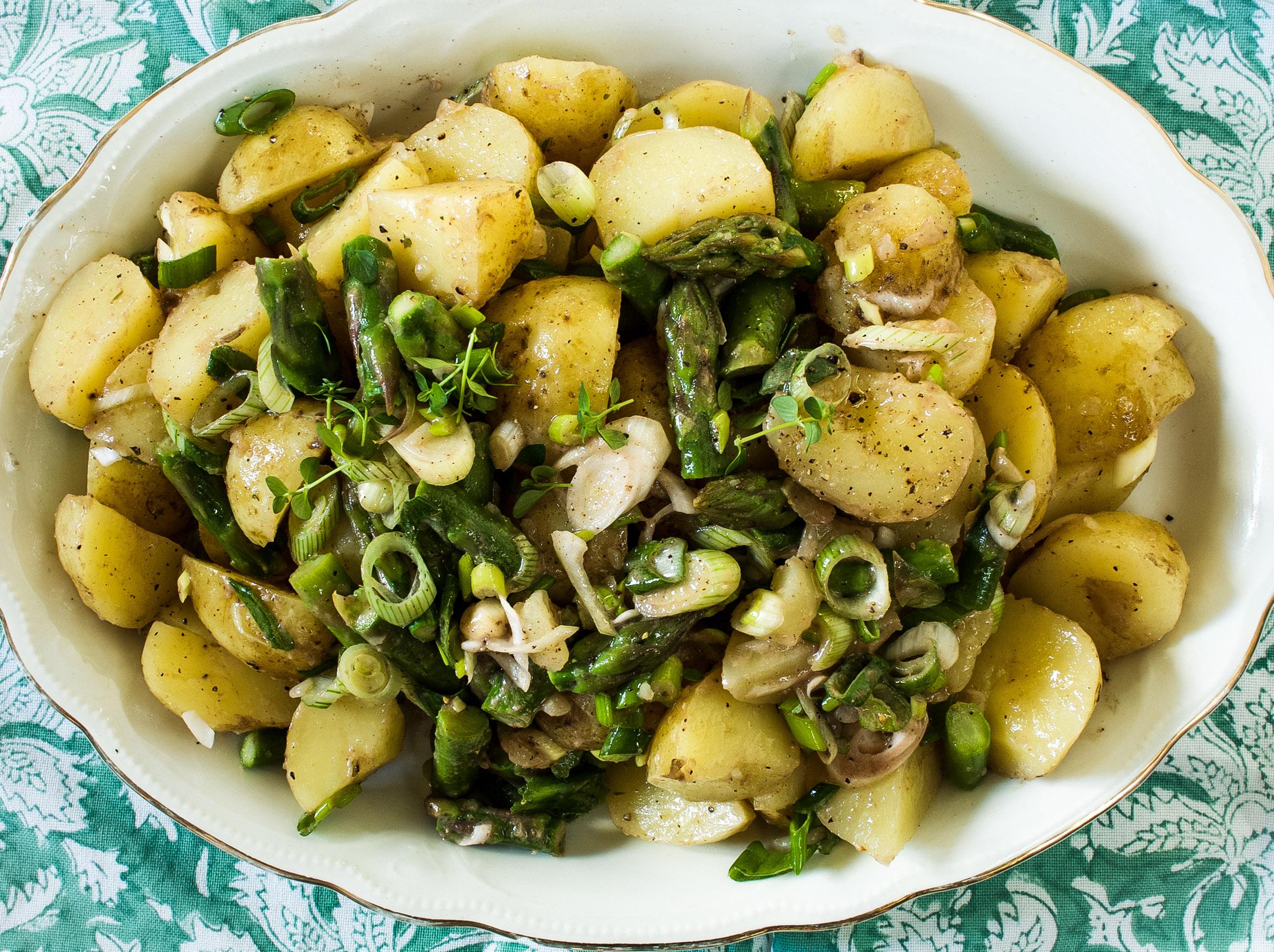 Varhaisperunasalaatti sardellikastikkella