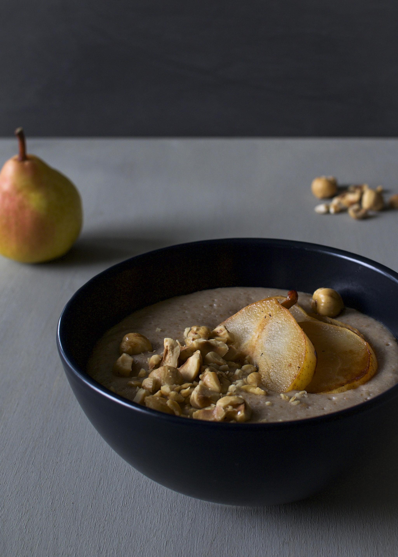 hasselpähkinä-grahampuuro ja paistetut päärynät